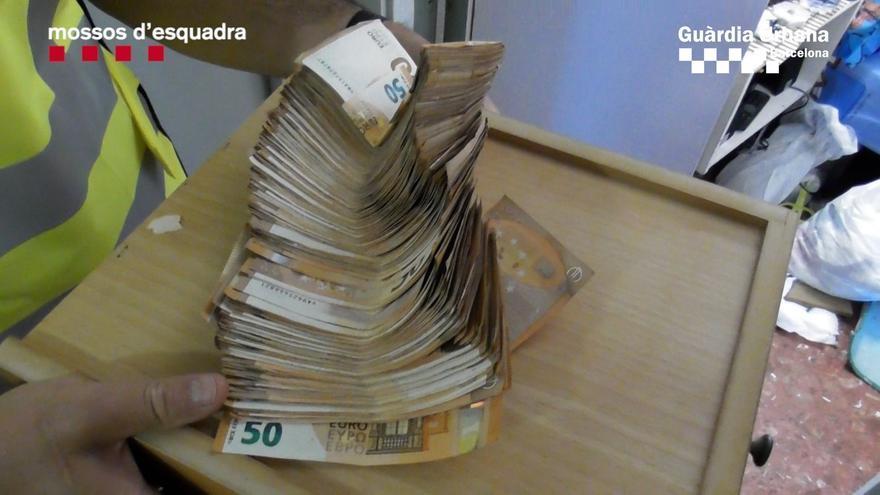 CATALUNYA.-Sucesos.- Tres detenidos por tráfico de drogas en el barrio barcelonés de Baró de Viver