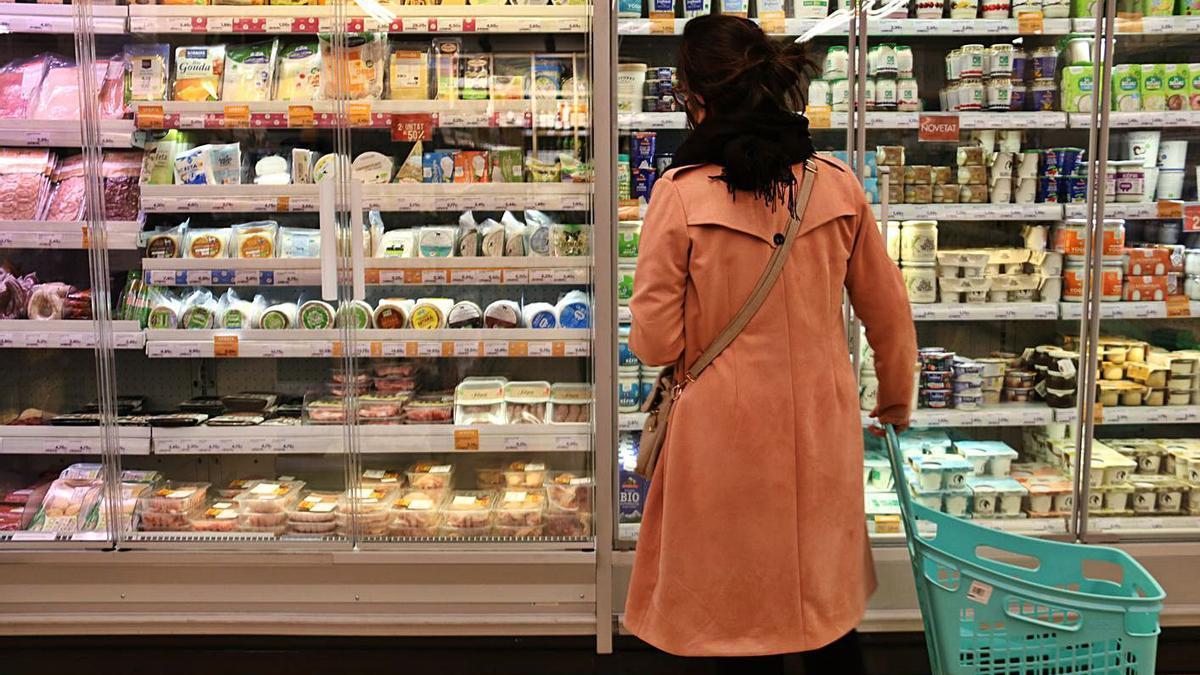 Una clienta en un supermercat Veritas, en una imatge d'arxiu.    ACN