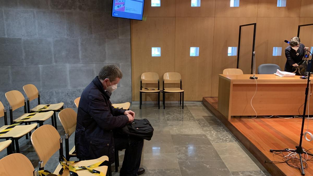 El exgerente de Sogepsa José María Quirós, en el banquillo, y su abogada.