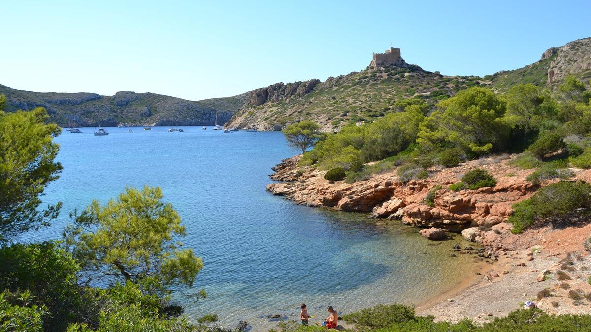 Ensenada natural del puerto de Cabrera, con el castillo al fondo