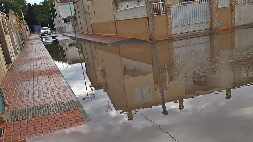 Vecinos de San Roque en Torrevieja piden soluciones a la inundación de las calles