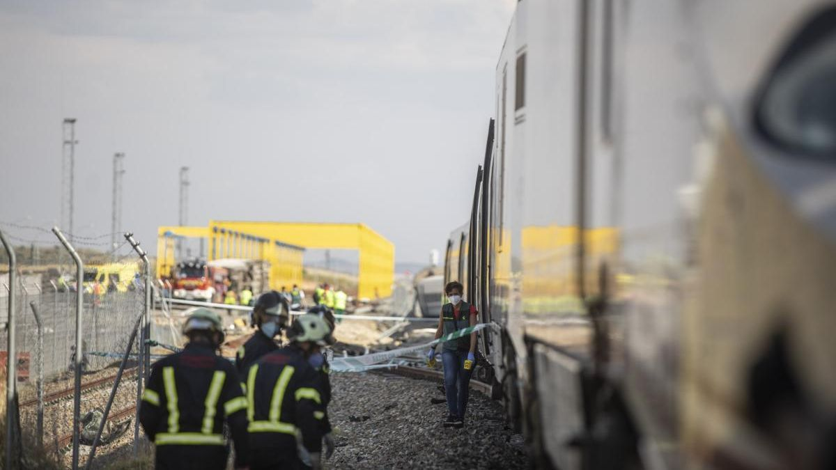 Efectivos de bomberos junto al tren accidentado. // Emilio Fraile