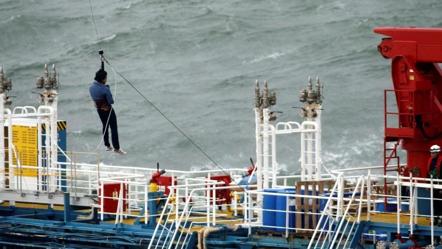 Técnicos y tripulación preparan el bombeo del combustible del 'Blue Star'