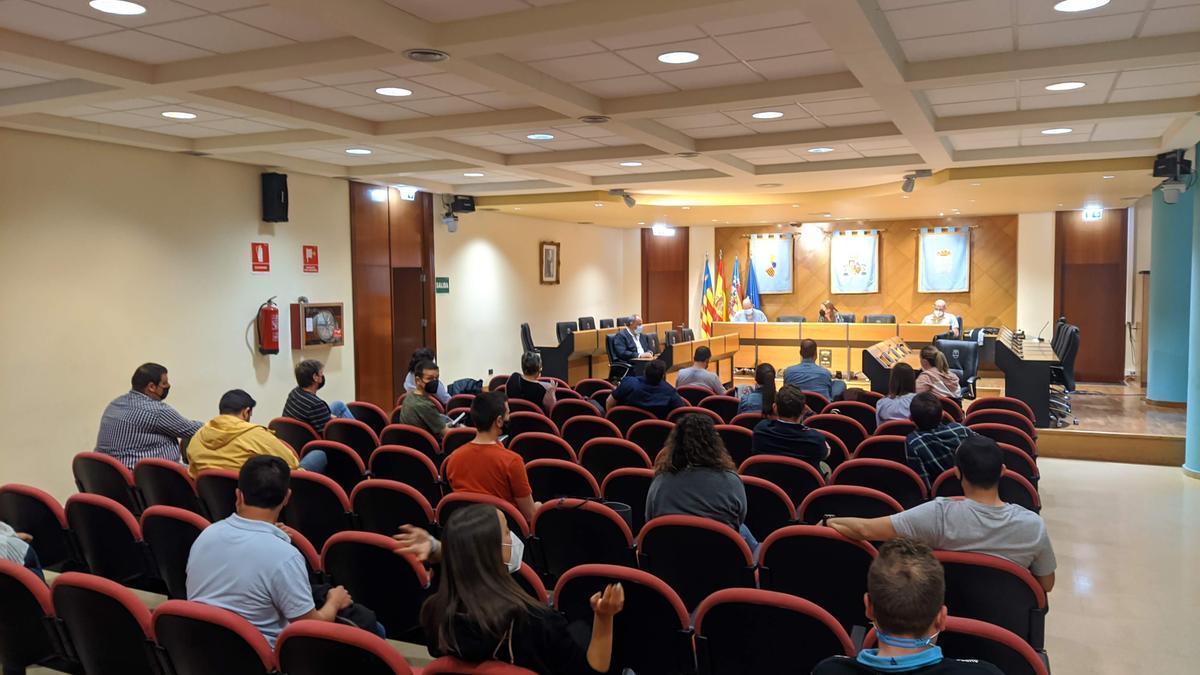 Imagen del encuentro celebrado anoche con los presentantes de las comisiones falleras en el salón de plenos.