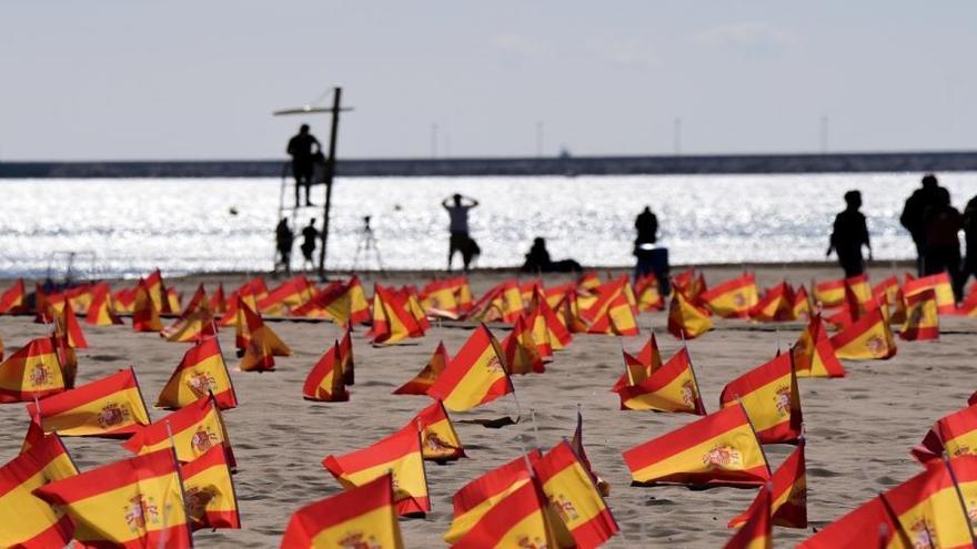 Quitan las banderas por las víctimas del Covid en la playa de la Patacona de Valencia