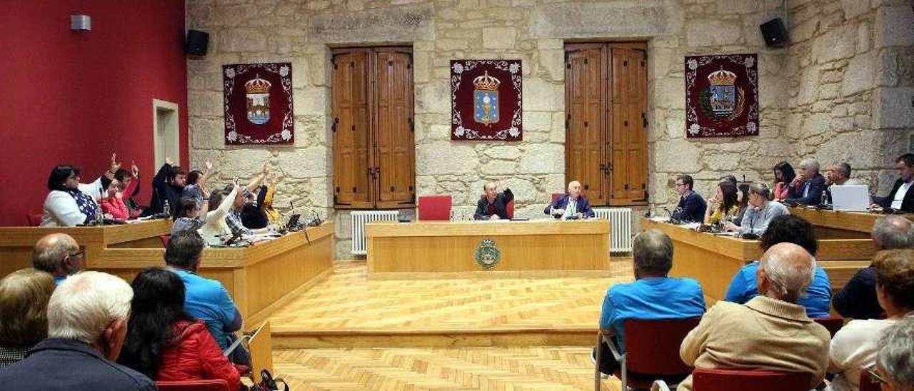Pleno ordinario de octubre en el salón de sesiones de Ponteareas. // A. Hernández