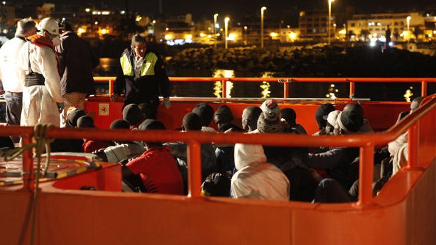 Localizado un cayuco con 32 personas en aguas de Mogán