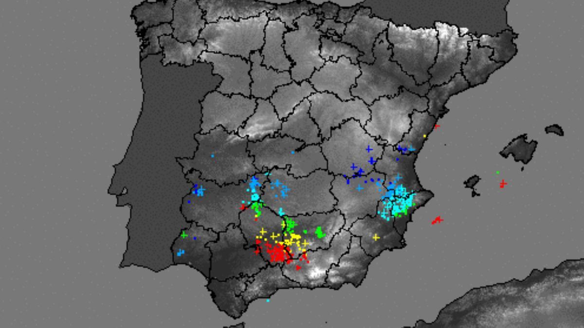 Rayos que se registraban en España la noche del viernes cuando estaba produciéndose la tormenta.