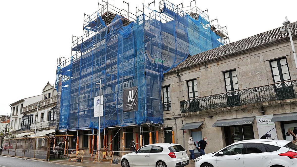 El histórico edificio de 1934, rodeado de andamios por la reforma.   | // JOSE LORES