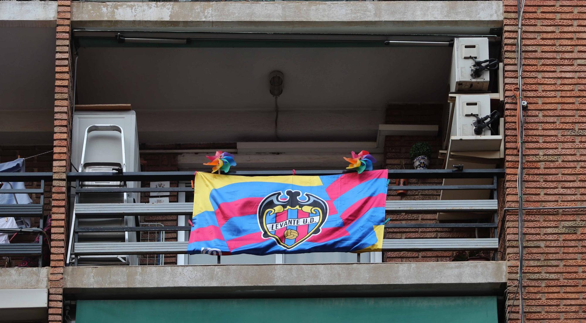 La afición del Levante UD engalana sus balcones