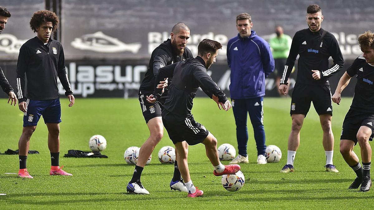 Luis Carrión observa a sus jugadores en un entrenamiento. | IVÁN URQUÍZAR