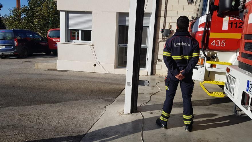 """Los enganches ilegales en """"El Poblao"""" dejan al Parque de Bomberos de Villena sin electricidad"""