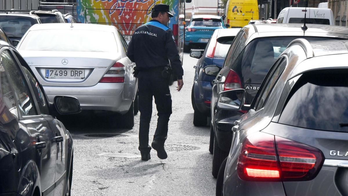 Un agente del 092 vigila el aparcamiento en plaza de Lugo