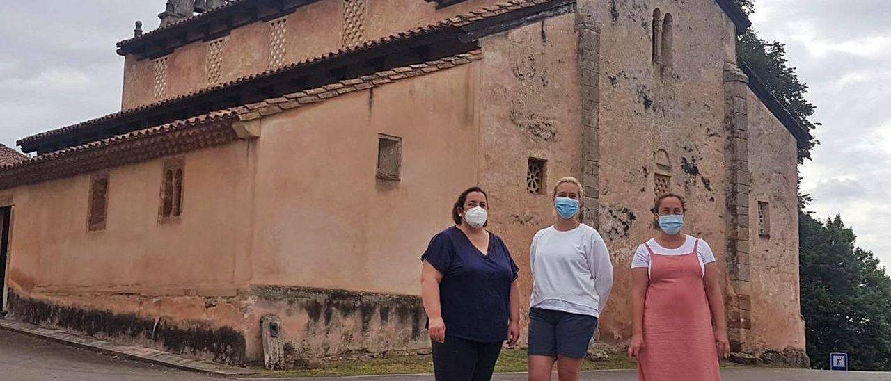 Graciela Riva, Cristina Santirso y Marta Riva, ante la iglesia de San Salvador. | V. A.