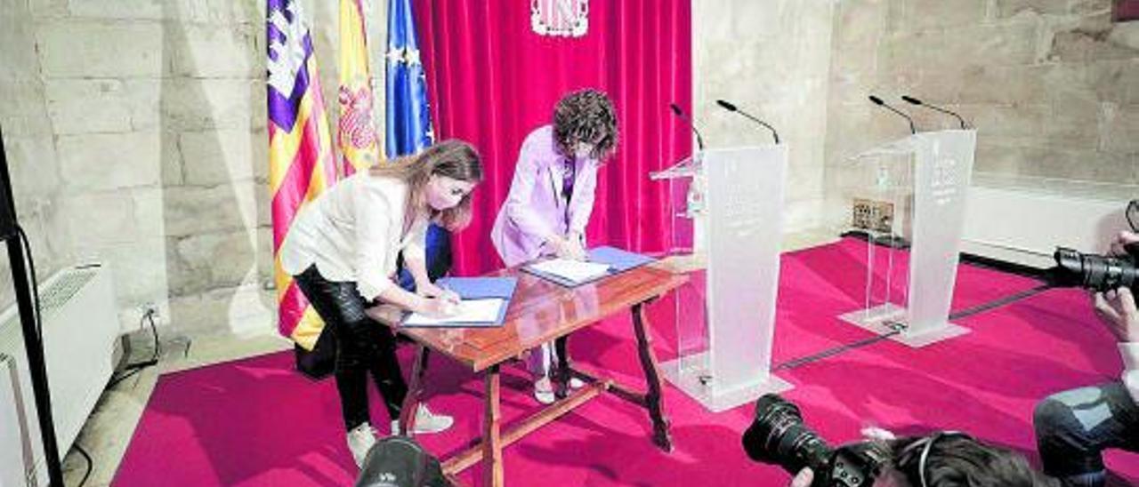 La presidenta Armengol y la ministra Montero firmando las ayudas en el Consolat.   M. MIELNIEZUK