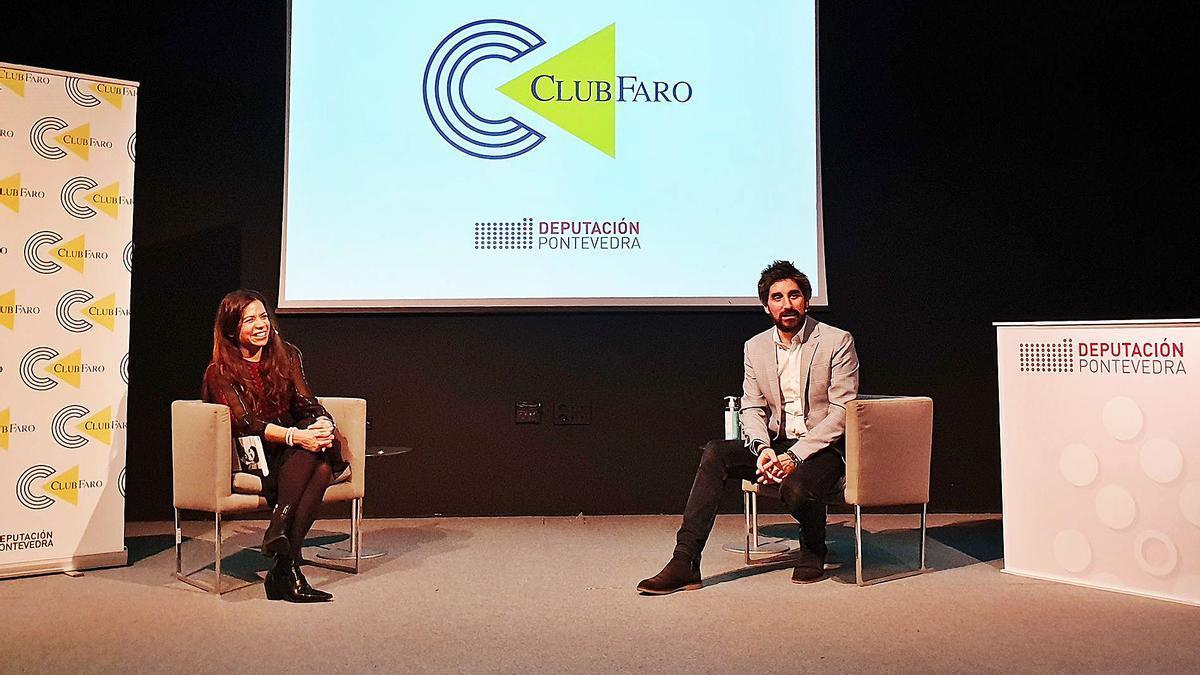Manel Loureiro y Nuria Sáinz, durante la charla-coloquio del Club FARO.     // MARTA G. BREA