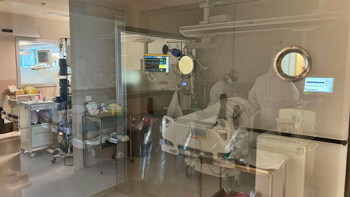 Imagen de archivo de dos sanitarias atendiendo a un paciente en la UCI.