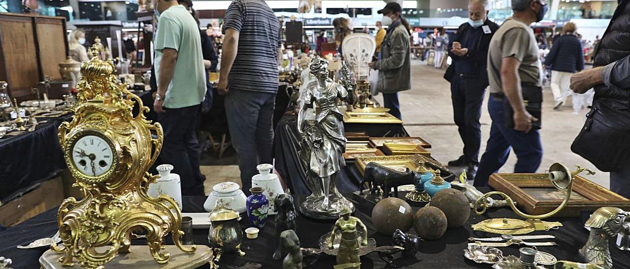 Público en la Feria de antigüedades, abierta ayer por la tarde en el pabellón de La Magdalena.   Ricardo Solís