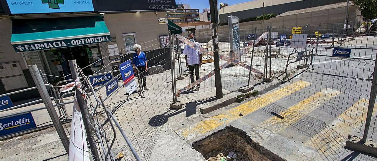 Los comerciantes se quejan por quedar aislados a causa de las obras.   HÉCTOR FUENTES