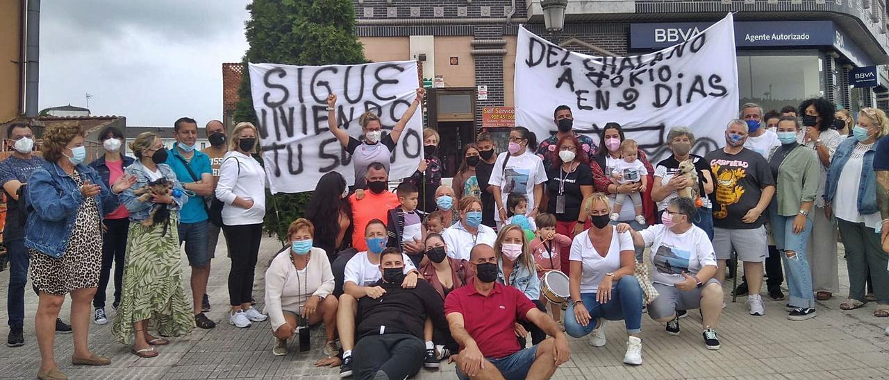 Vero Rodríguez, en el centro de la imagen con los brazos en alto, en el recibimiento que sus vecinos le hicieron ayer en Soto del Barco.   I. G.