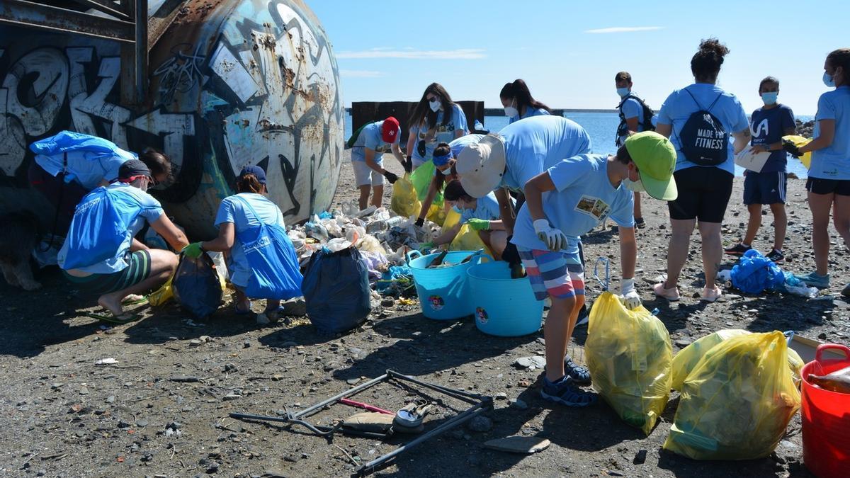 Un centenar de voluntarios retiran más de 500 kilos de residuos acumulados en la playa y diques de la Caleta del Estacio