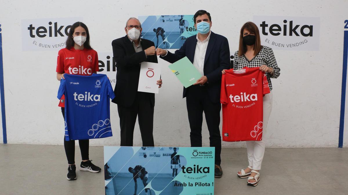 D'esquerra a dreta, Victoria, Alepuz, Barber i Naya en l'acte de presentació a Pelayo