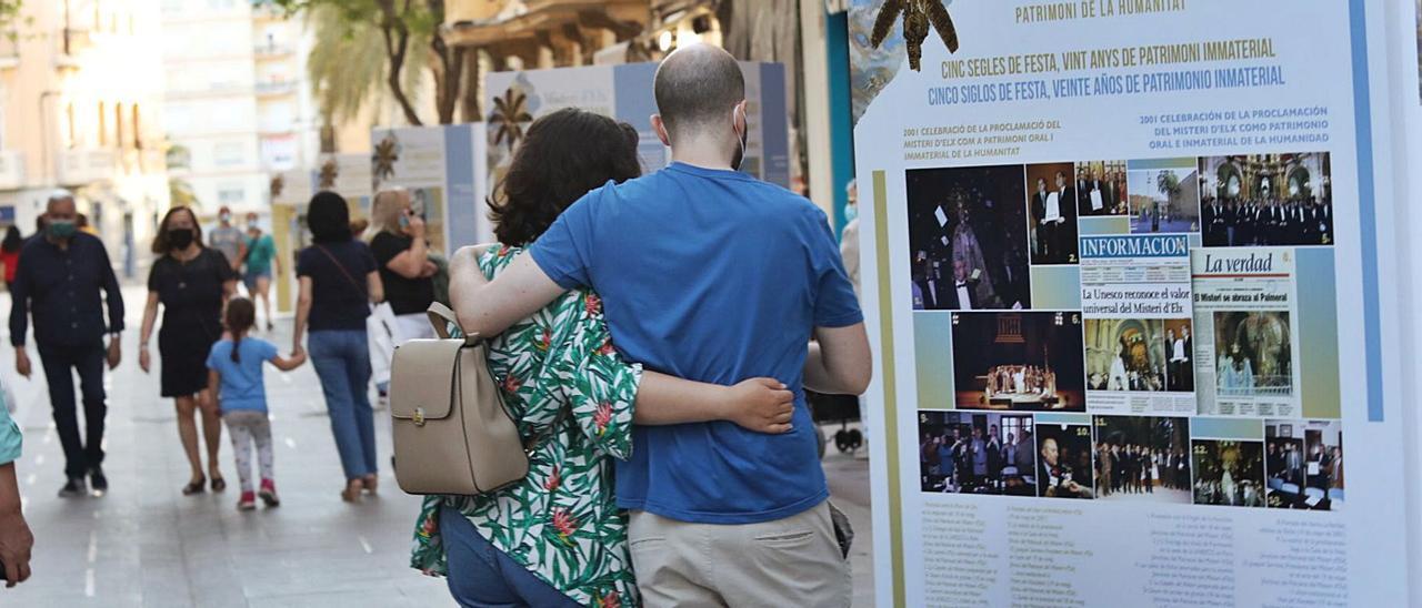 Imágenes de la exposición que se podrá visitar hasta el 22 de agosto en pleno centro de Elche y que Morera se comprometió a llevar a más lugares de la Comunidad.   ANTONIO AMORÓS