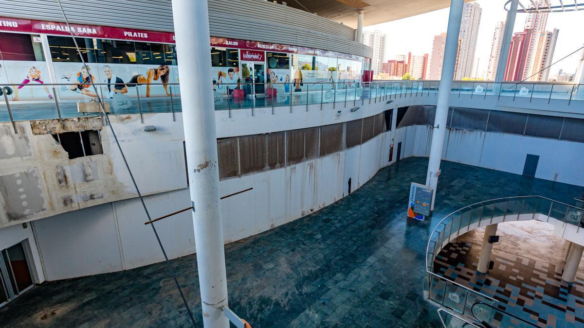 Vista general de la parte central de la estación de autobuses con paredes en mal estado.