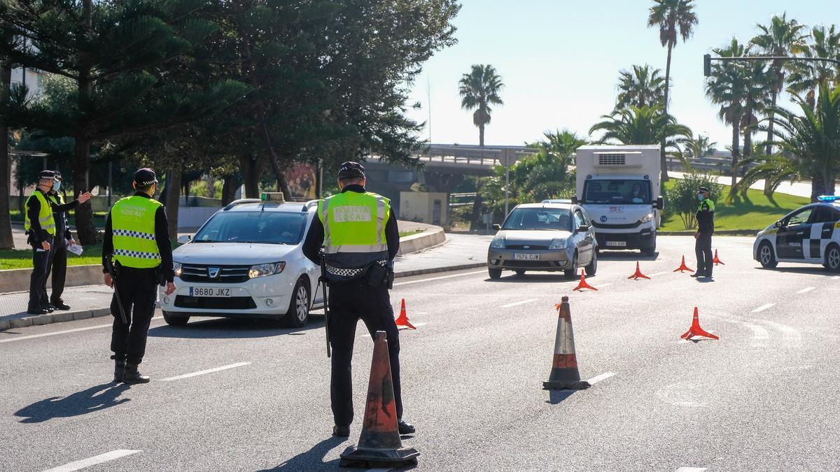 Agentes de la Policía Local de Cádiz en un control de entrada y salida de la ciudad.