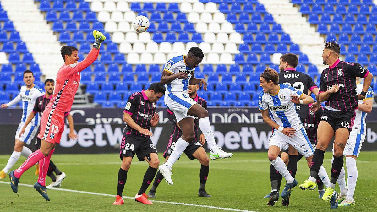 Dani Hernández intenta despejar de puños en el Leganés-Tenerife de la presente temporada.