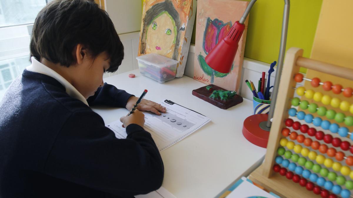Un escolar de 3º de Primaria haciendo los deberes.