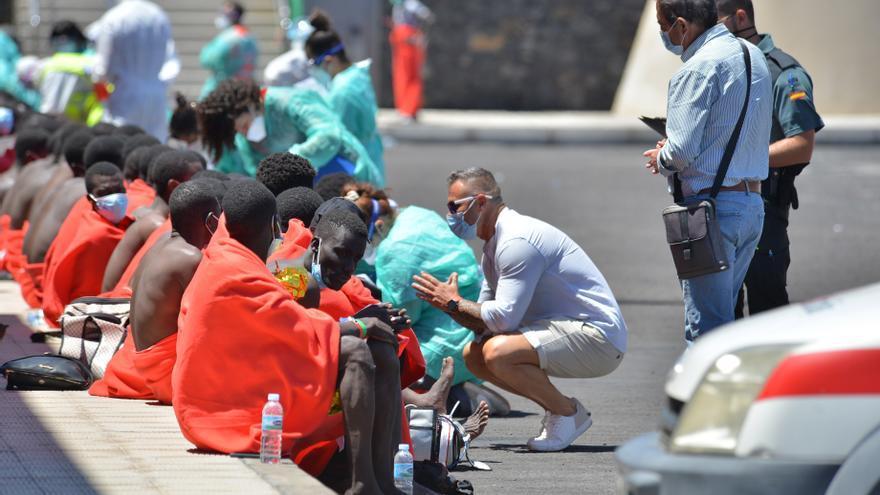 Llega un cayuco con 117 subsaharianos al muelle de la Restinga, entre ellos 20 menores