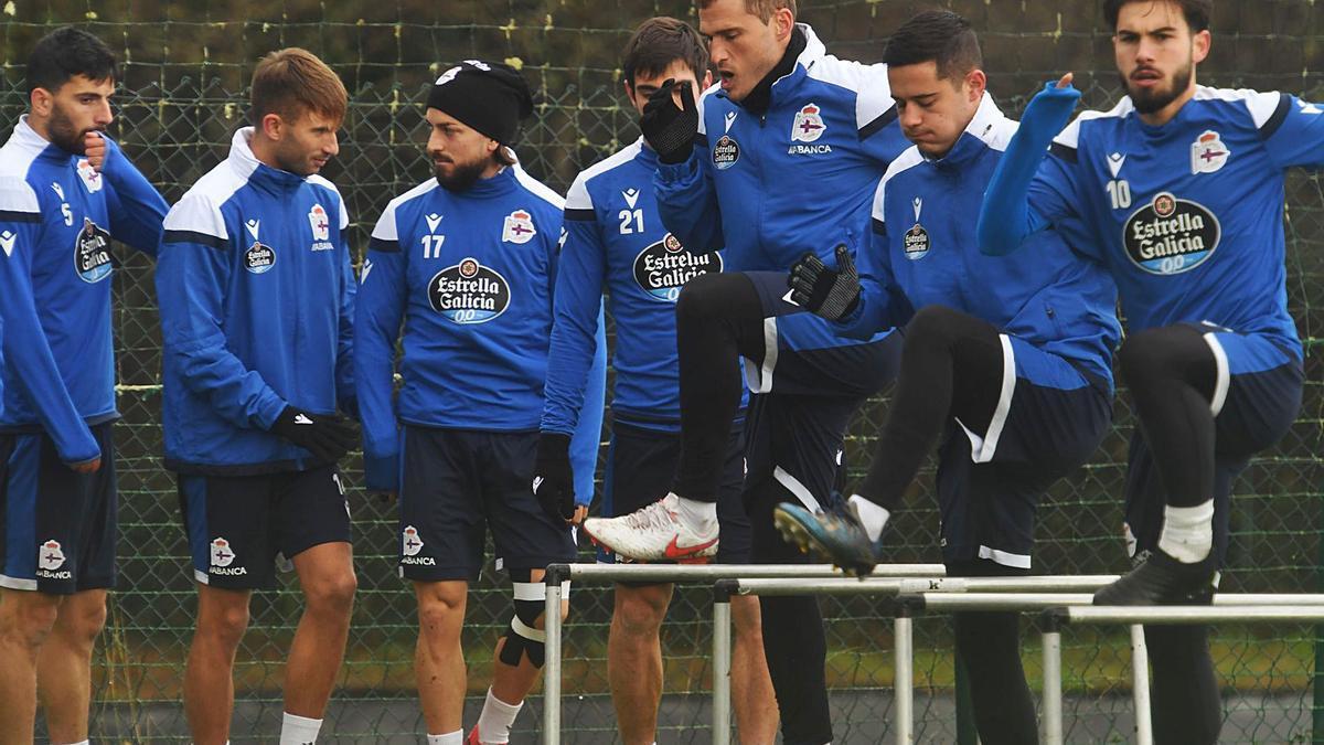 Bóveda, Gandoy, Héctor, Salva, Álex, Manu y Lara, durante el entrenamiento de ayer del Deportivo. |  // CARLOS PARDELLAS