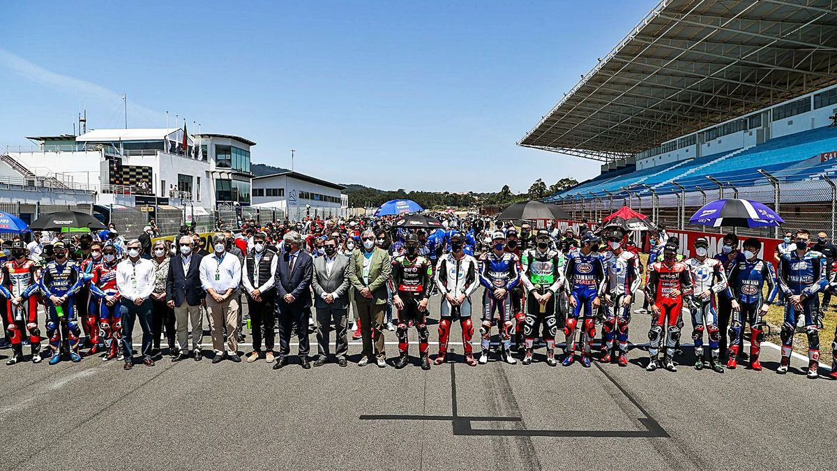Los pilotos del Mundial, durante el minuto de silencio por el fallecimiento de Dupasquier. | EFE/JOSÉ SENA