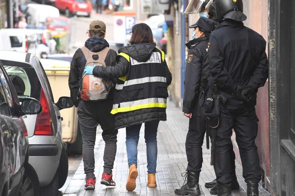 Del inmueble han salido más de una docena de personas de forma voluntaria, al menos una custodiada por agentes, aunque las autoridades no confirman detenidos.