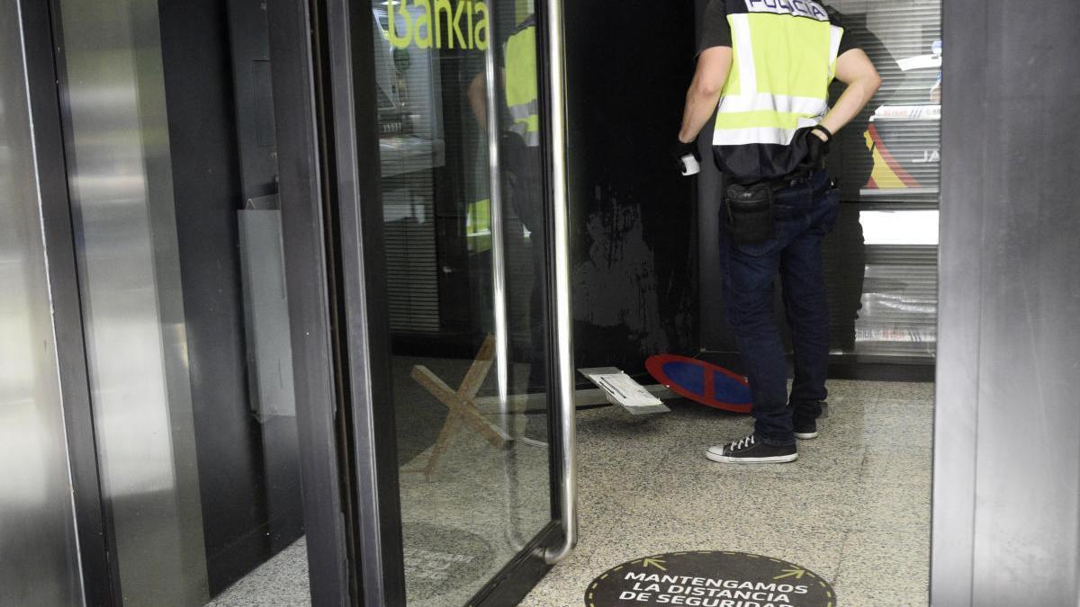 Destroza un cajero con una señal de tráfico a plena luz del día en Murcia