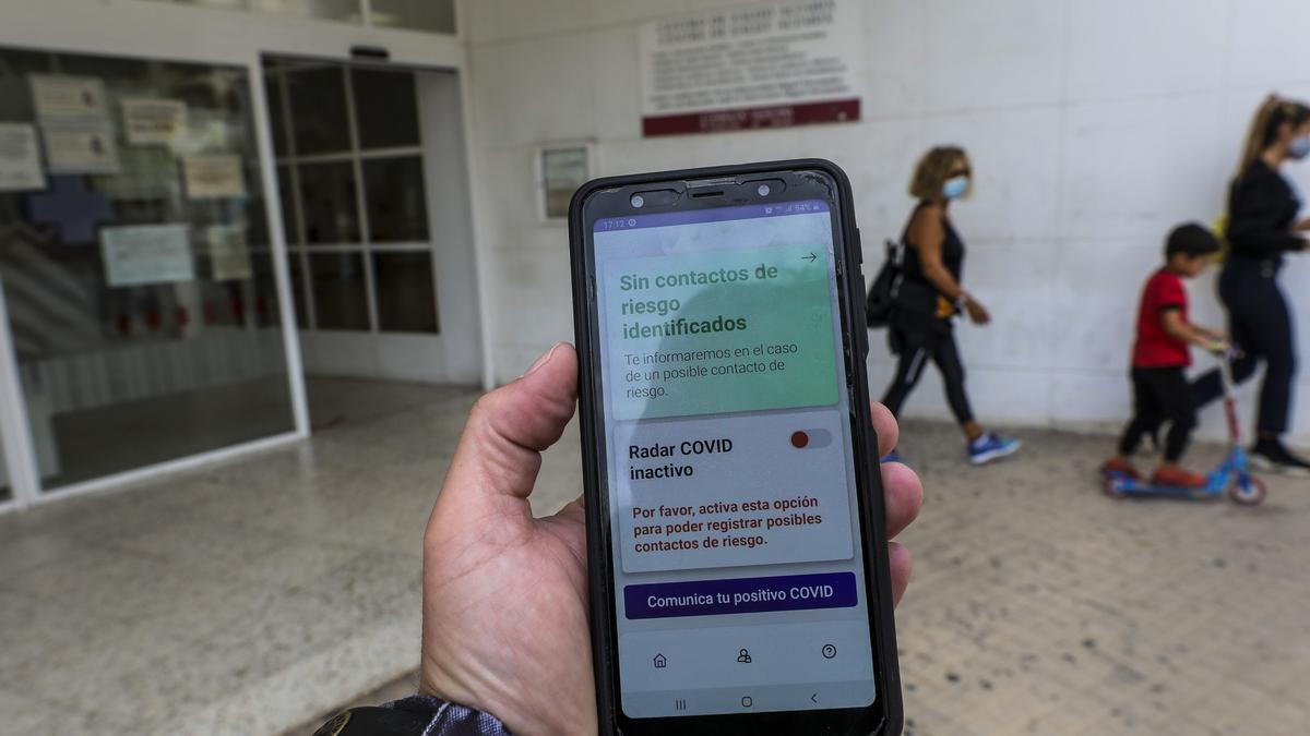 Un usuario de la app frente a un centro de salud