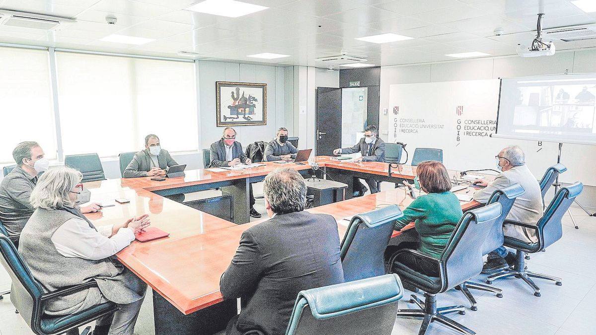 Martí March (mascarilla roja), reunido ayer en la conselleria de Educación con los miembros del patronato de la FESMAE.
