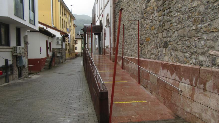 El techo de la rampa de acceso al Centro de Salud de Cangas de Onís aun sin instalar, en lista de espera