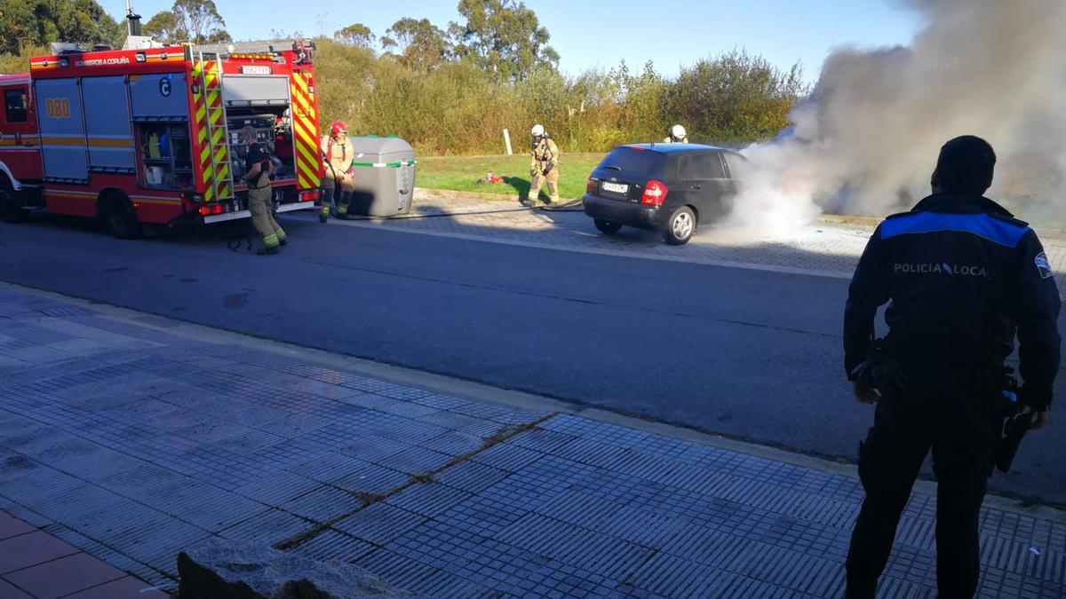 Los bomberos apagan el vehículo que ardió esta mañana en A Zapateira.