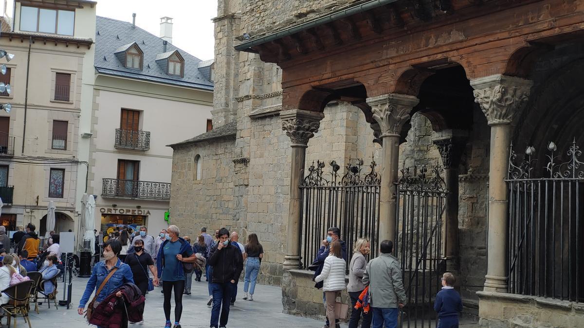Paseos junto a la catedral de Jaca.