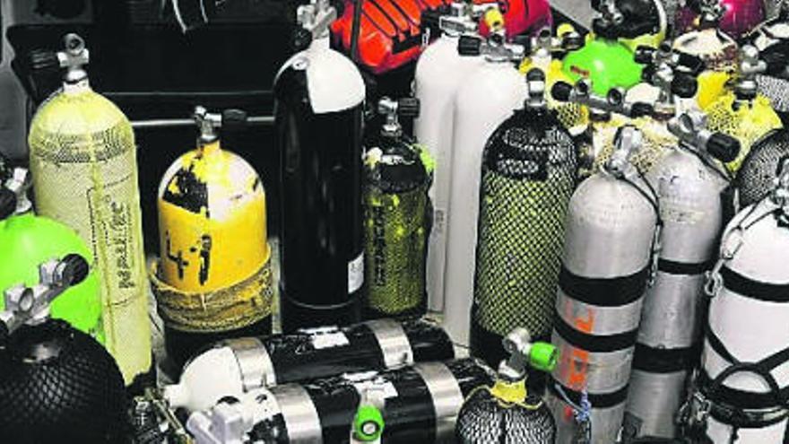 La Guardia Civil precinta 60 botellas en un club de buceo