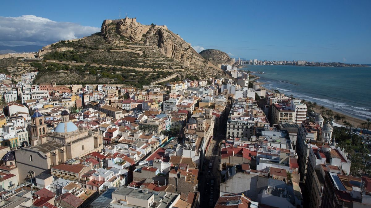 General view of houses in the city of Alicante with the castle of Santa Barbara in the background