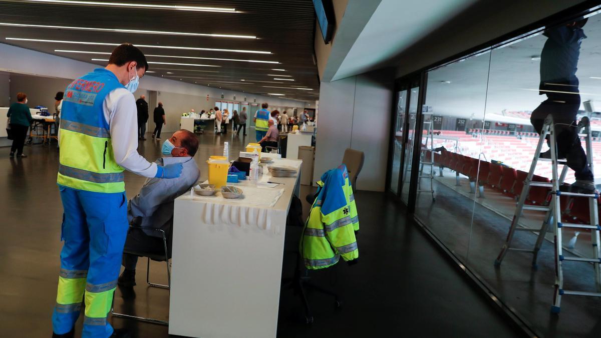 Sanitarios trabajan en el punto de vacunación en el Wanda Metropolitano