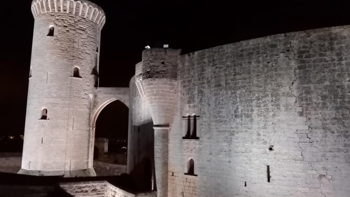 Las primeras pruebas del nuevo alumbrado del castillo de Bellver se realizaron ayer noche por los técnicos de la empresa instaladora.