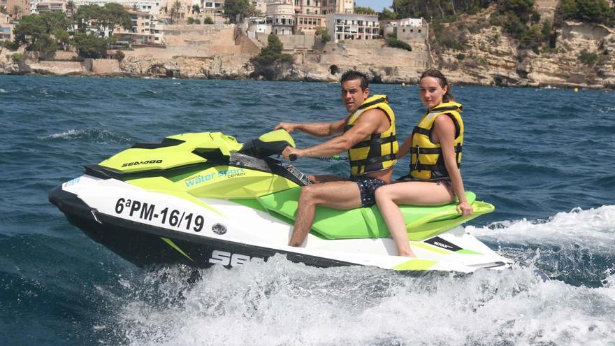 Mario Casas disfruta de la costa mallorquina en una moto de agua