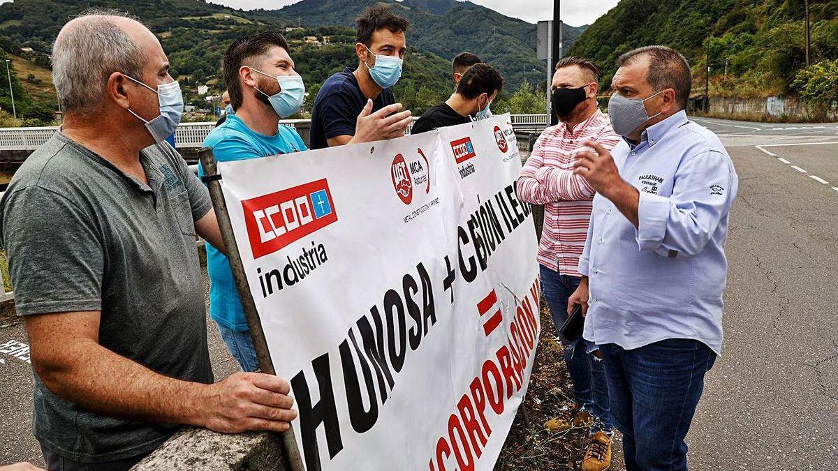 José Luis Alperi dialoga con representantes de los trabajadores de la subcontrata del Batán, ayer, en Ujo.