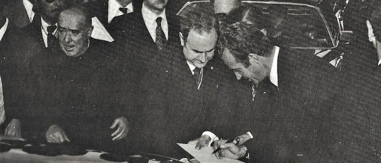 Juan Carlos I, el 3 de diciembre de 1976, en Oliva, firmando en el Libro de Honor de la ciudad.                   | LEVANTE-EMV