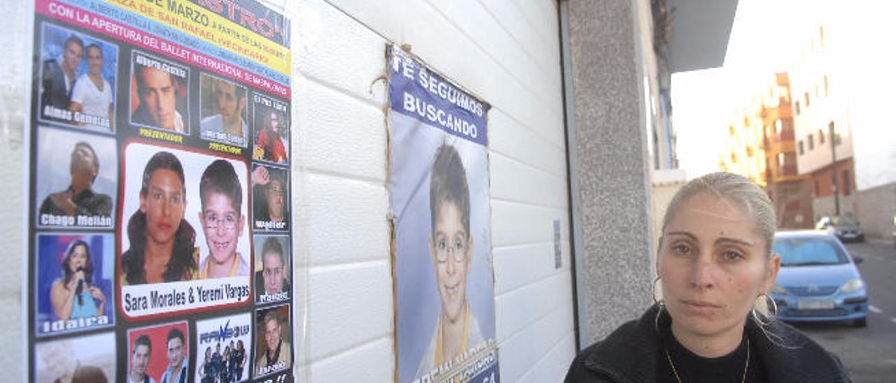 La madre de Yéremi, en 2012, con carteles de su hijo y de otros desaparecidos.