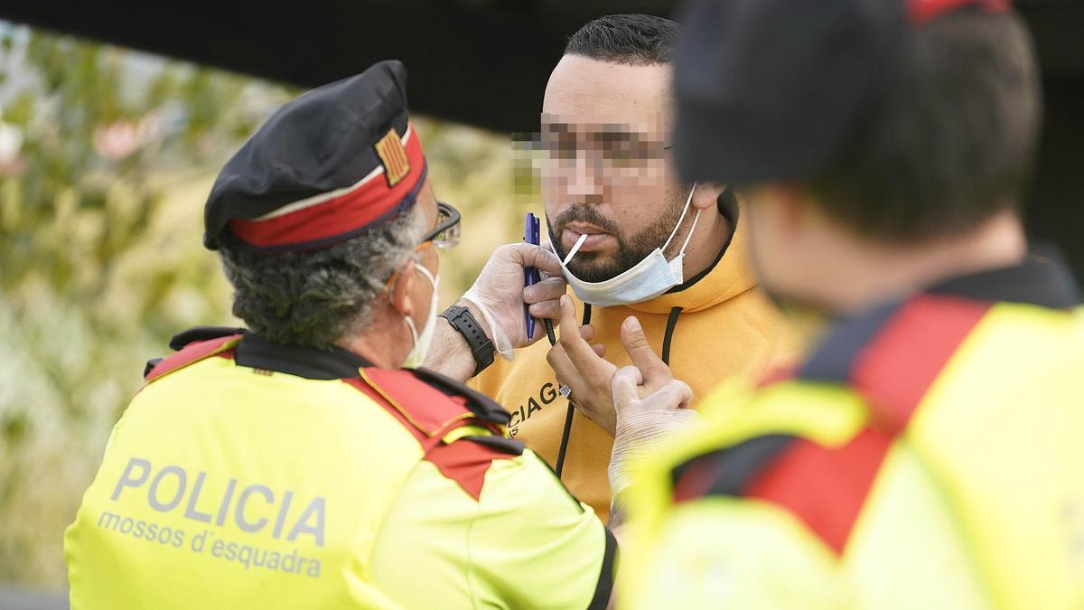Dos agents dels Mossos d'Esquadra fent un control d'alcoholèmia en una imatge d'arxiu